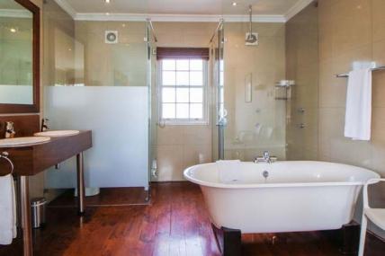 1563_1503492125-1048063159_DWKV-classic-1bed-bathroom[1].jpg